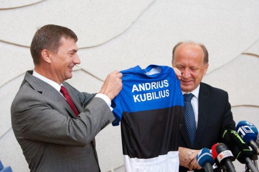 Estijos premjero A.Ansipo dovana A.Kubiliui