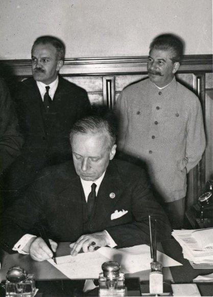 Joachimas fon Ribentropas pasirašo paktą.