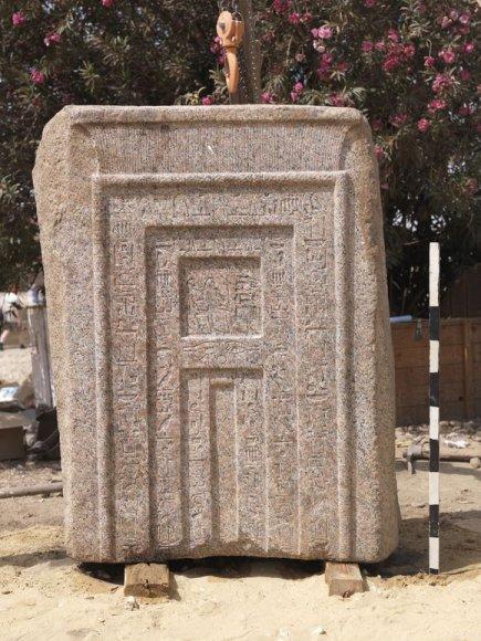 Iš raudono granito iškaltos durys turėjo atverti sielai kelią į pomirtinį gyvenimą.
