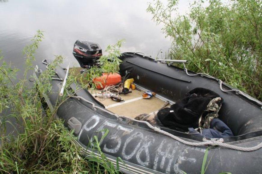 Pareigūnų sušaudyta valtis.