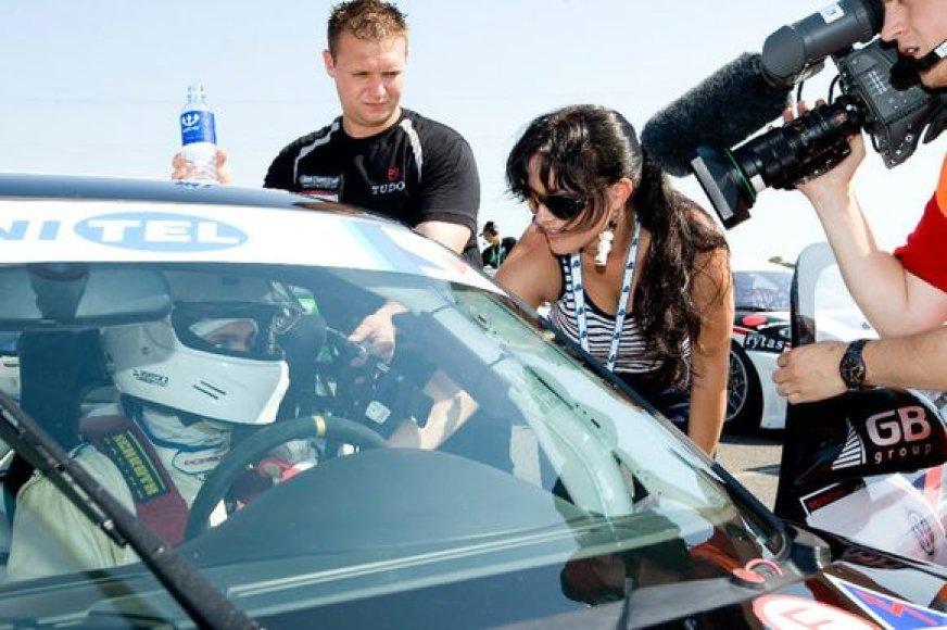 Živilė prisipažįsta, kad automobiliai jai patiko seniai. Ji jau ne sykį savo jėgas išbandė ralio varžybose.