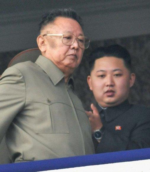Dabartinis vadovas Kim Jong Ilo ir jo jauniausias sūnus.