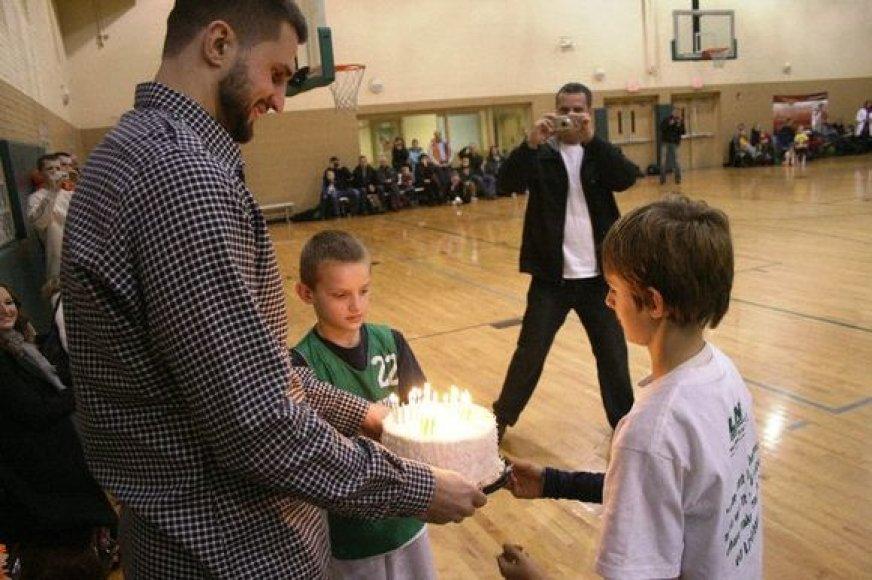 Lietuvos vyrų rinktinės lyderiui vaikai pademonstravo savo sugebėjimus ir įteikė tortą su 26-iomis žvakutėmis.