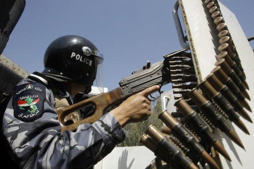 Irako pareigūnas patruliuoja po įvykdytos atakos.