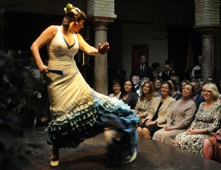 Camilla (pirma iš dešinės) penktadienį stebėjo flamenko pasirodymus.