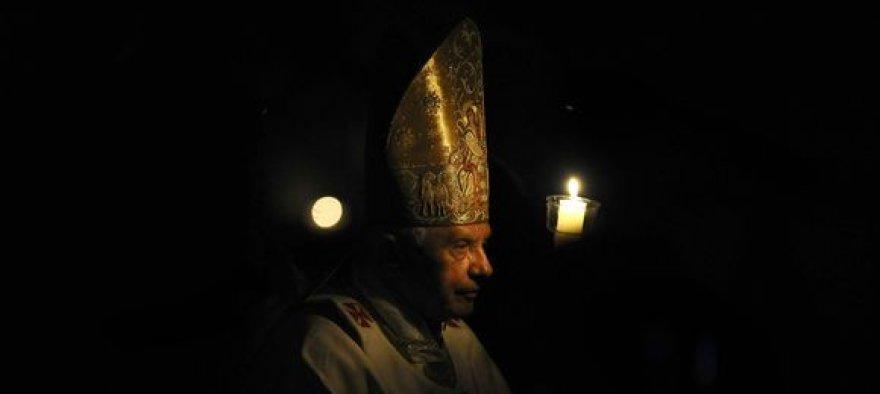 Popiežius Benediktas XVI didžiojo šeštadienio apeigose.