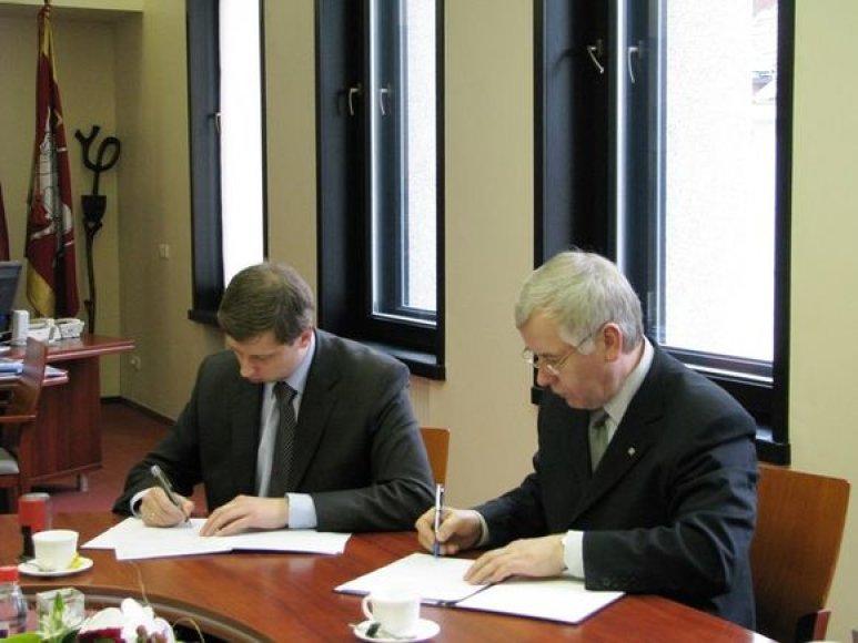 VDU rektorius Z.Lydeka (dešinėje) pabrėžė, jog studentui svarbus ne tik universitetas, kuriame jis studijuoja, tačiau ir miestas, kuriame jis gyvena.