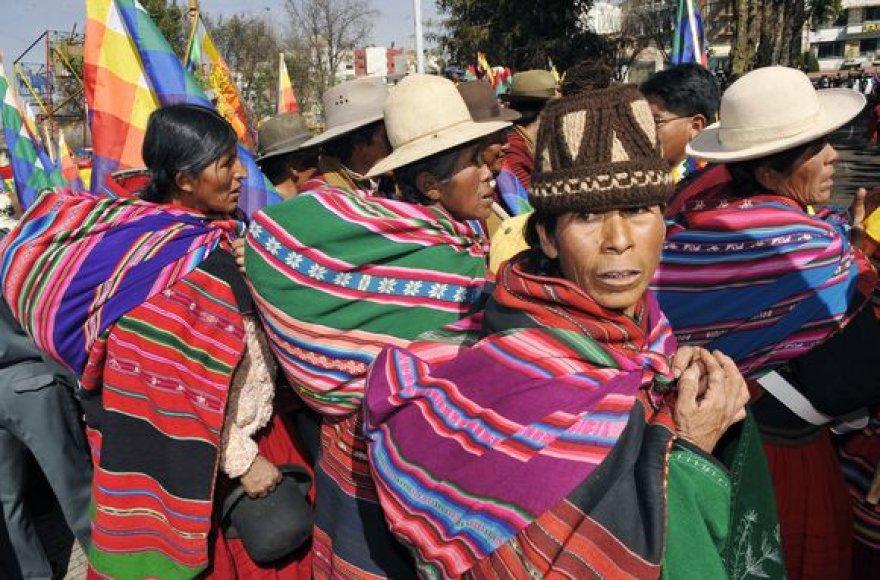 E.Moralesas populiarus tarp Bolivijos skurdžių ir indėnų.