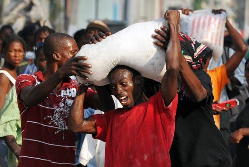Dėl ryžių maišo, ištraukto iš sugriauto pastato, tarp haitiečių užvirė kova.
