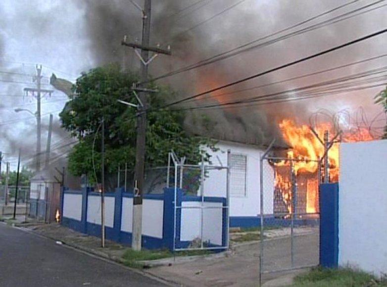 Jamaikos sostinėje paskelbta nepaprastoji padėtis.