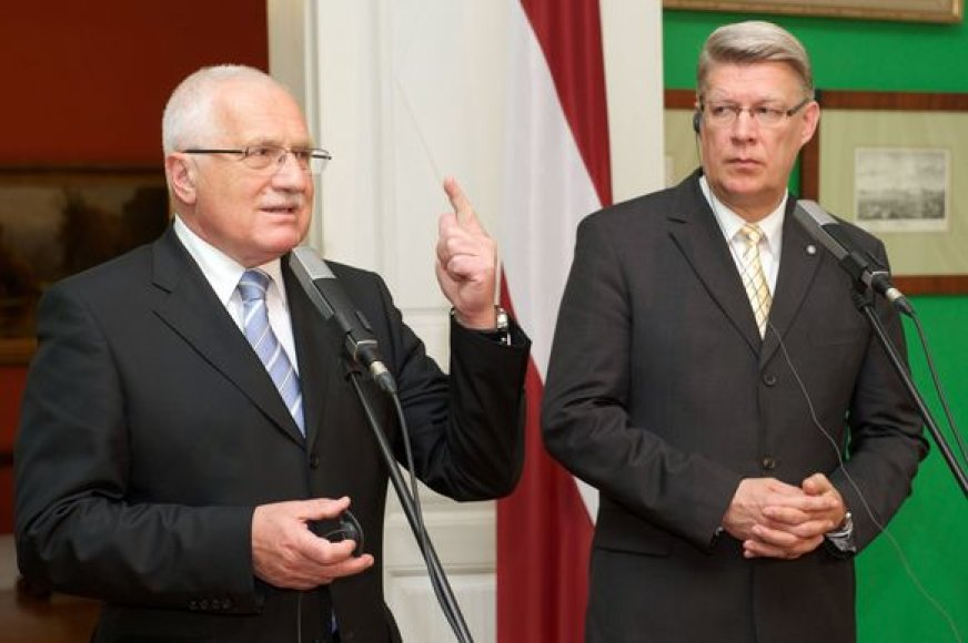 V.Klausas (kairėje) paaiškino V.Zatlerui, kodėl Čekija neskuba į euro zoną.