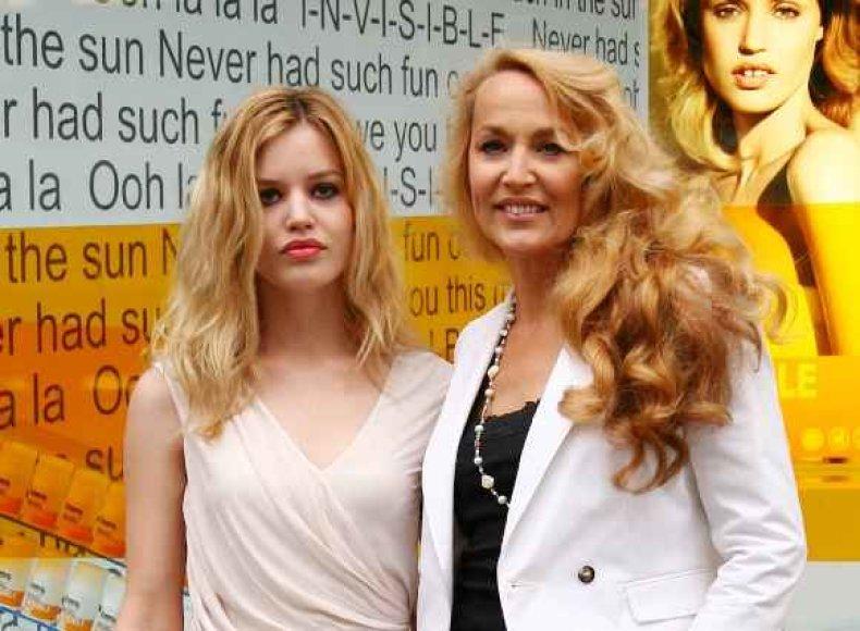 53 m. manekenė J.Hall su dukterimi