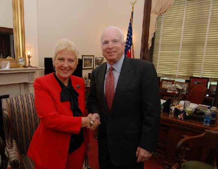 Seimo pirmininkė I.Degutienė ir JAV senatorius J.McCainas