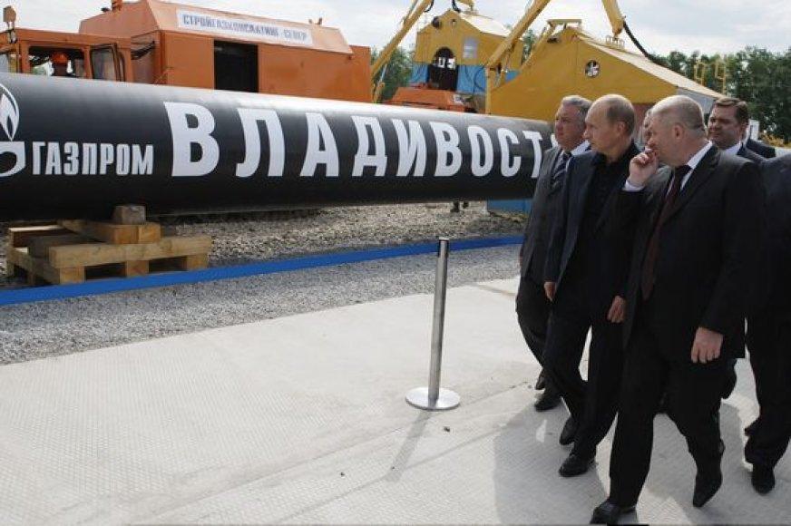 """Užsienio investuotojų lūkesčius Rusija traiško  """"Gazprom"""" atstovų rankomis."""