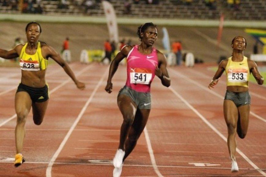 100 metrų bėgimą laimėjo Kerron Stewart (viduryje)