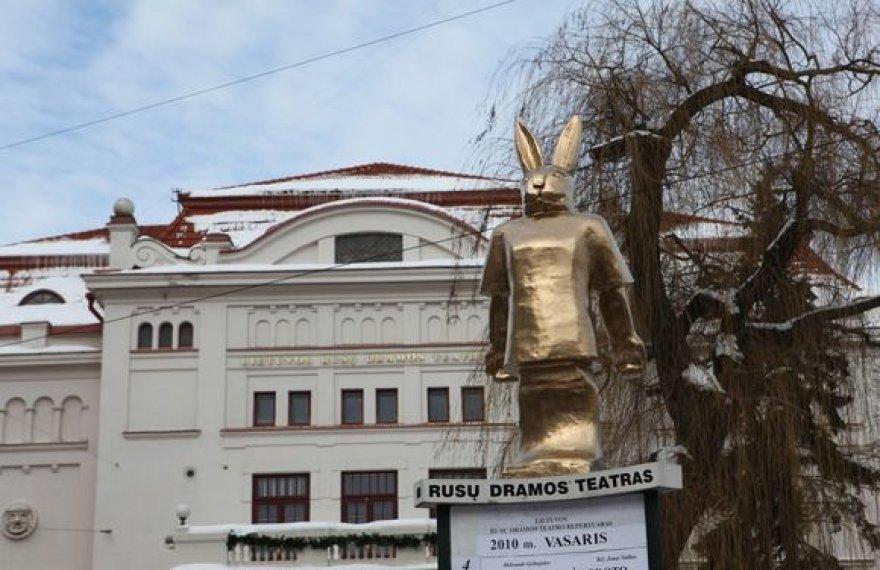 """""""Zuikio Pleibojaus"""" spektaklius grupė """"Antis"""" reklamuoja zuikio statula"""