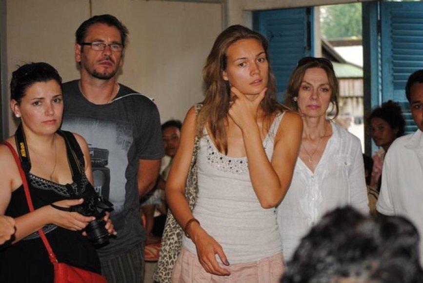 Jurgita Jurkutė su Renata Šakalyte ir Marijumi Mikutavičiumi lankosi Kambodžos ligoninėje