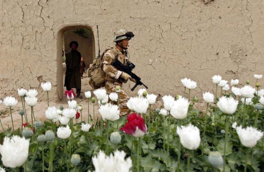 Afganistanietis stebi britų karį.