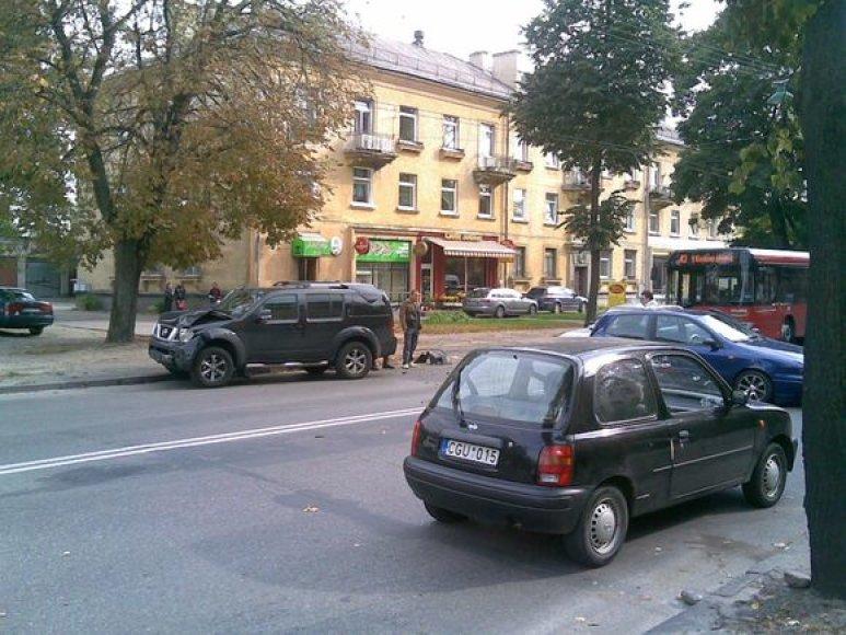 """Kaune, Juozapavičiaus prospekte, pirmadienį susidūrė visureigis """"Nissan Pathfinder"""" ir lengvasis automobilis """"Fiat Bravo""""."""