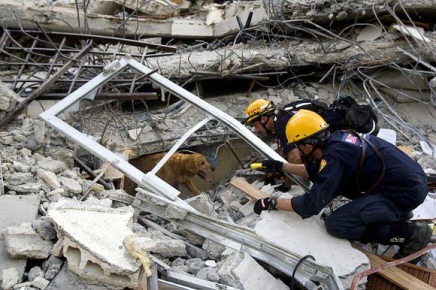 Jungtinių tautų darbuotojai griuvėsiuose ieško likusių gyvųjų.