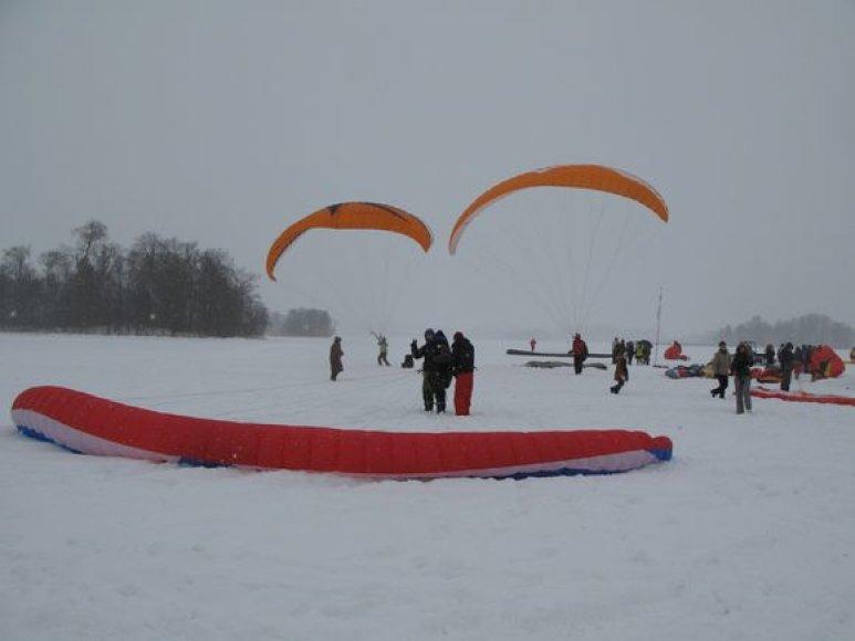 Ant Galvės ežero ledo prasidėjo tarptautinės parasparnių varžybos.