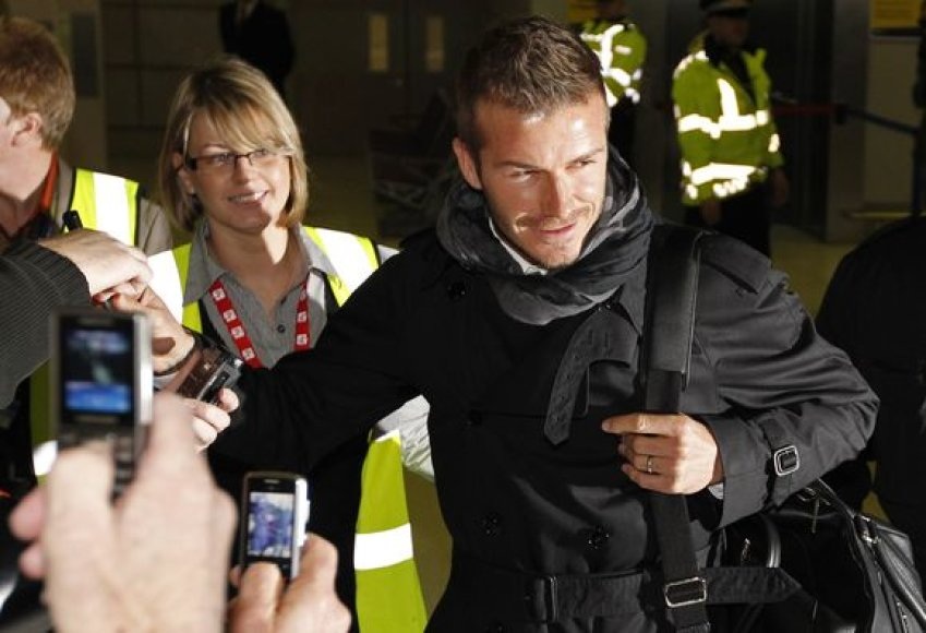 """Su """"AC Milan"""" komanda į Mančesterį atvykęs Davidas Beckhamas oro uoste buvo sutiktas minios gerbėjų."""