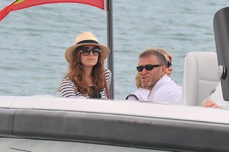 Rusų turtuolis Romanas Abramovičius su savo mergina Darja Žukova ir draugais ilsėjosi San Tropeze.