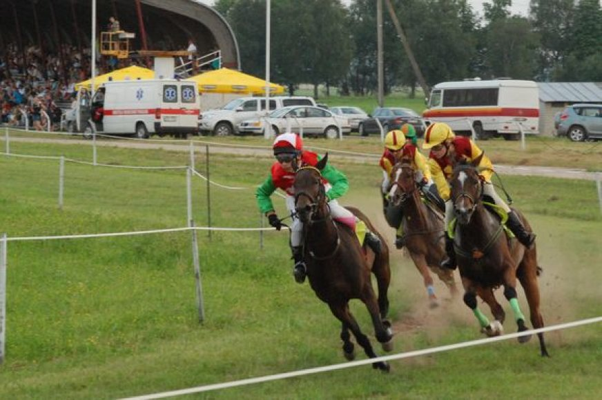 """Šeštadienį Raseinių hipodrome vyko žirgų lenktynės """"Triguba karūna II""""."""