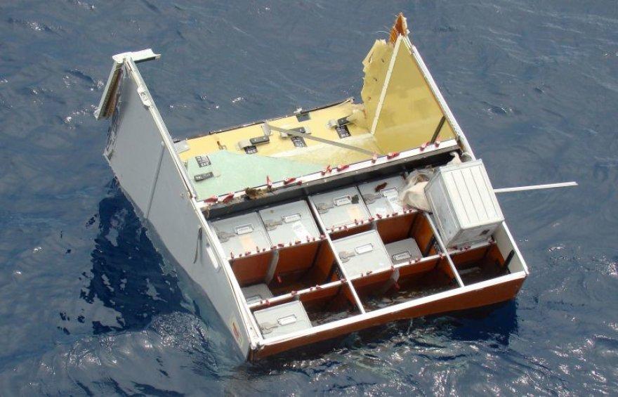 """Po """"Air France"""" lėktuvo katastrofos praėjo jau dvi savaitės, iš vandenyno teberenkamos sudužusio lainerio dalys."""