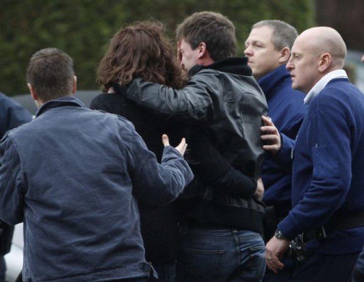 Netekę vaikų tėvai palieka pastatą, kur siautėjo peiliu ginkluotas vyras, sausio 23 d. 2009m.