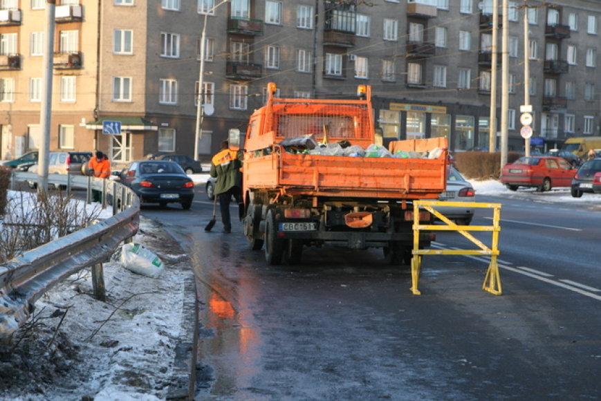 Pirmadienį po pietų Vilniaus Gerosios vilties žiede krovininis automobilis užkabino stulpą, jį nulaužė ir sutrikdė automobilių eismą.