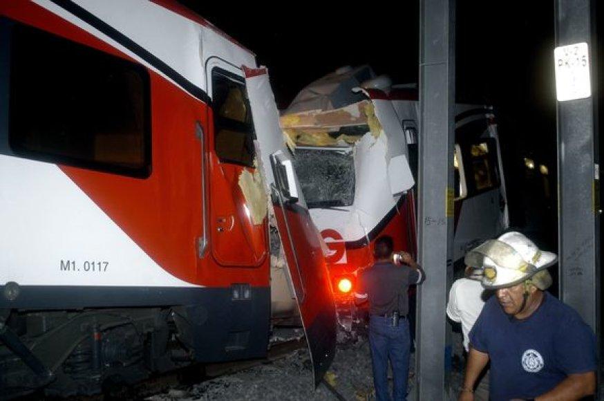 Du traukiniai susidūrė neseniai atidarytoje priemiestinio geležinkelio linijoje.