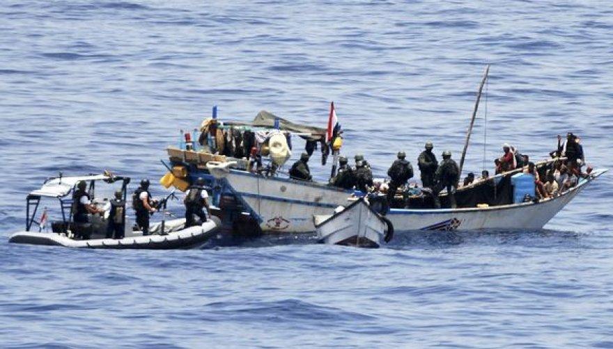 NATO laivai ir sraigtasparniai sužlugdė Somalio piratų ataką.
