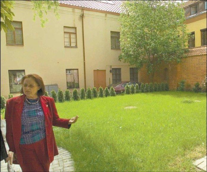 E.Vaitkienė gavo seniūno raštą, kuriame tvirtinama, kad ji neturi teisės net nupjauti kieme augančios žolės.