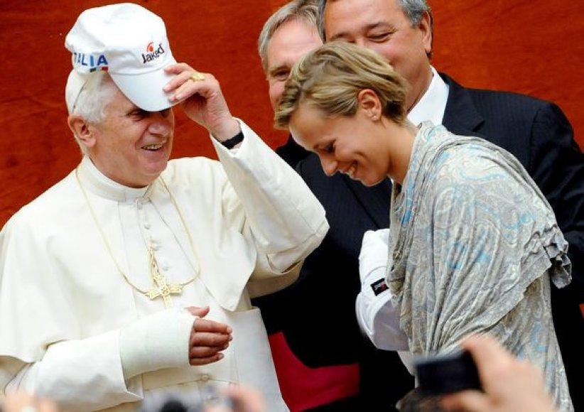 Popiežius Benediktas XVI gavo dovanų kepuraitę su Italijos plaukimo rinktinės emblema.