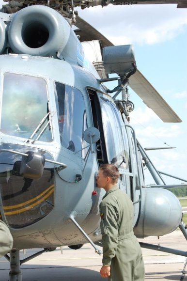 """Aviacijos bazėje – sraigtasparnių lakūnų """"krikštynos""""."""