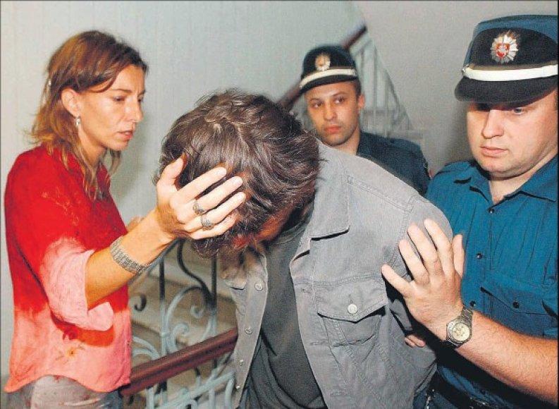 Buvusios žmonos palaikomas B.Cantat 2003 metų liepą atvedamas į teismą Vilniuje.