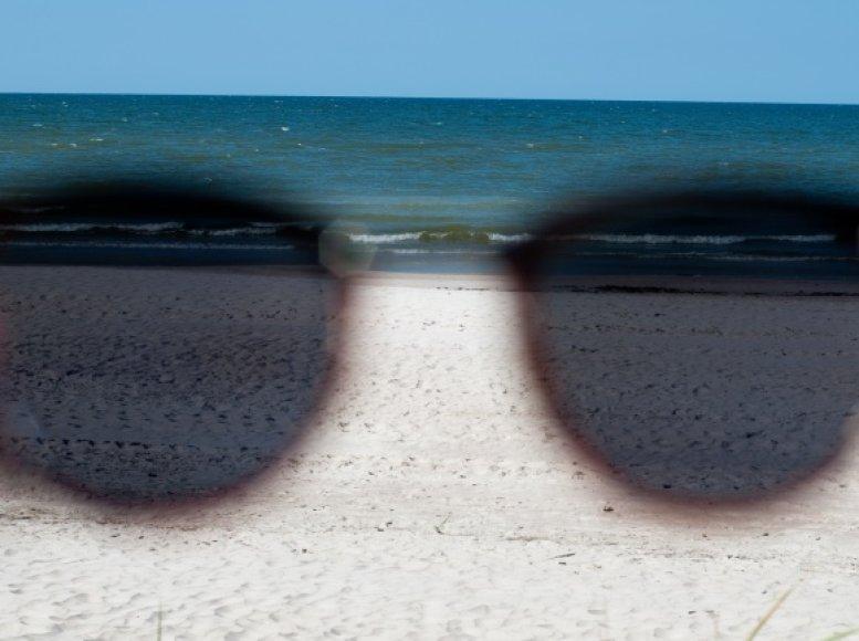 Paplūdimys per akinių stiklą