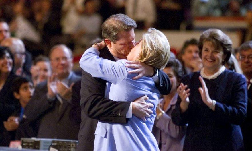 Alas Gore'as bučiuoja žmoną Tipper.