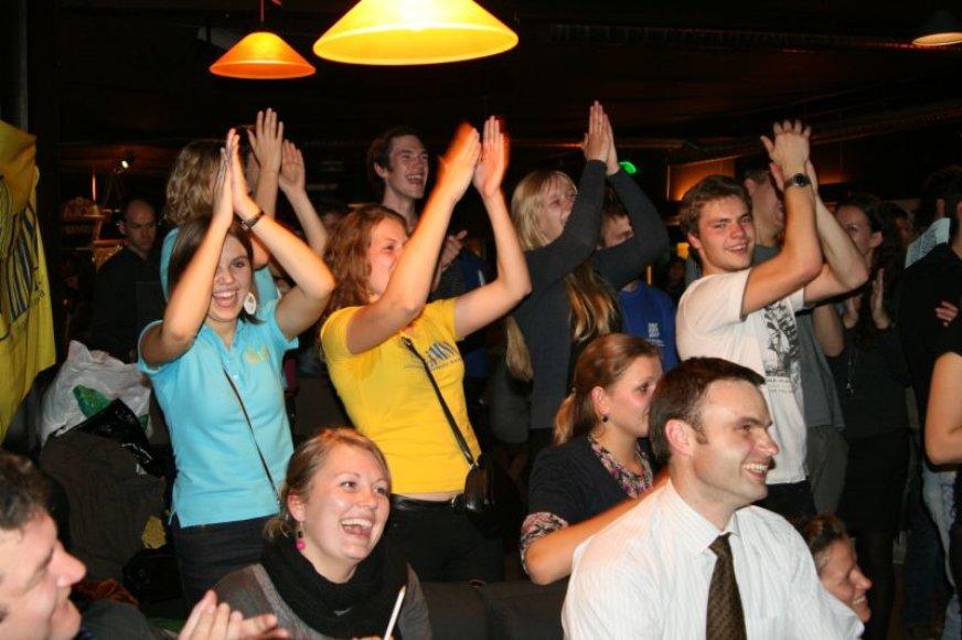 """Spalio 6-osios vakarą Laisvės alėjoje skambėjo iš baro """"Džem'pub"""" sklindančiais džiugiais šūksniais, šurmuliu ir smagių pasirodymų garsais."""