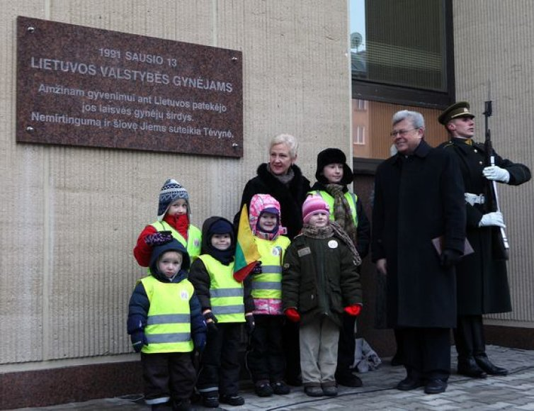 Prie Seimo rūmų atidengta Laisvės gynėjams skirta atminimo lenta.