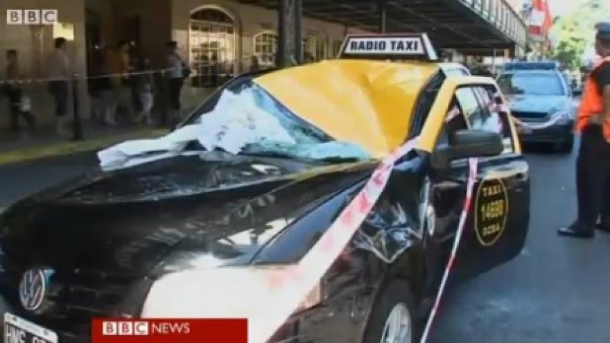 Ant šio taksi automobilio nukrito jauna moteris.