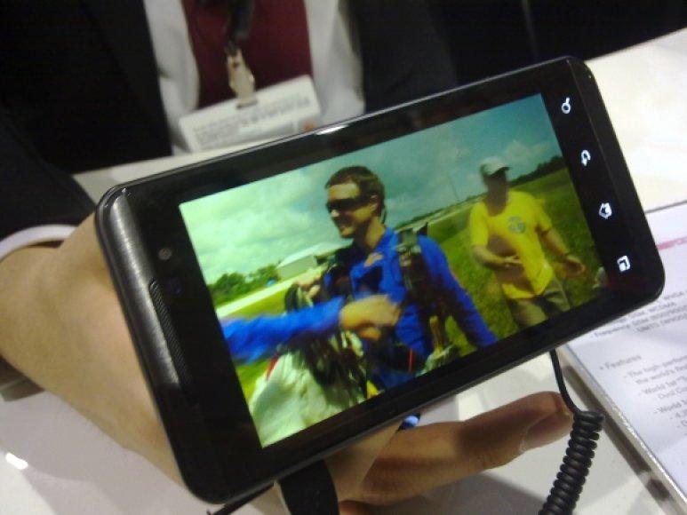 """LG pristatė trimatį išmanųjį telefoną """"Optimus 3D""""."""
