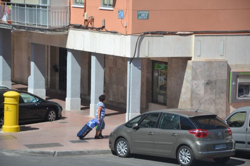 Ispanė keliauja apsipirkti.