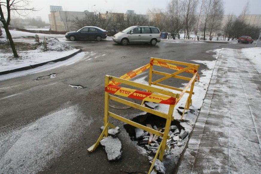 Fabijoniškių gatvės vieno namo kieme prieš kelias dienas dėl išplauto smėlio asfalte atsivėrė didžiulė duobė.