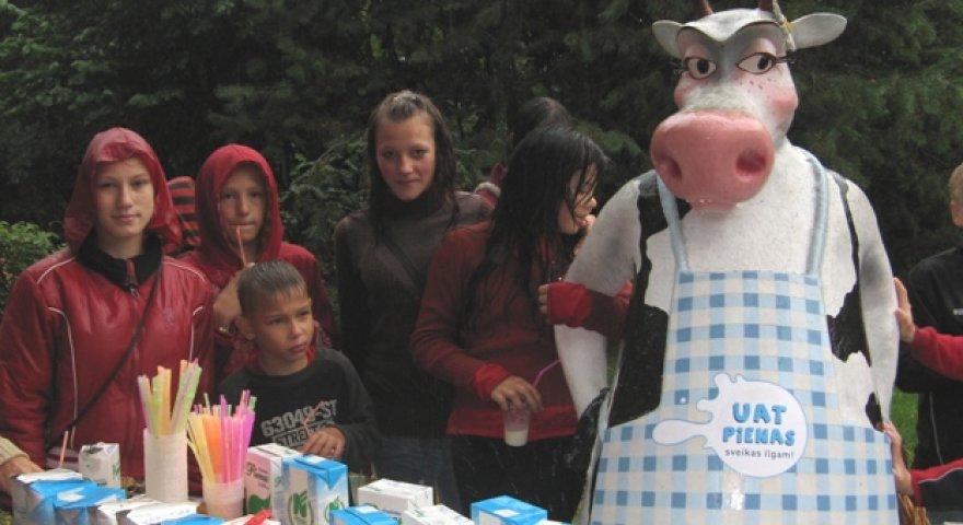 Šeštadienį, rugpjūčio 29 d., Kauno zoologijos sode vykusioje pieno šventėje 137 vaikučiai vienu metu gėrė UAT pieną.