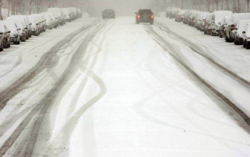 Judėti apsnigtais, slidžiais keliais, vairuotojai privalo itin atsargiai.
