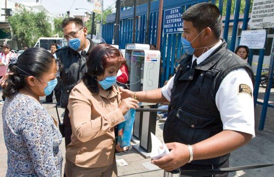 Daugelis žmonių gatvėse dėvi respiratorius.