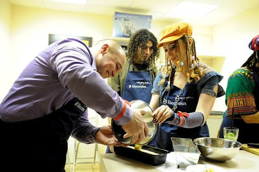 Valdelis, Viktoras Diawara ir Rasa Kaušiūtė pasinėrė į maisto ruošimą.