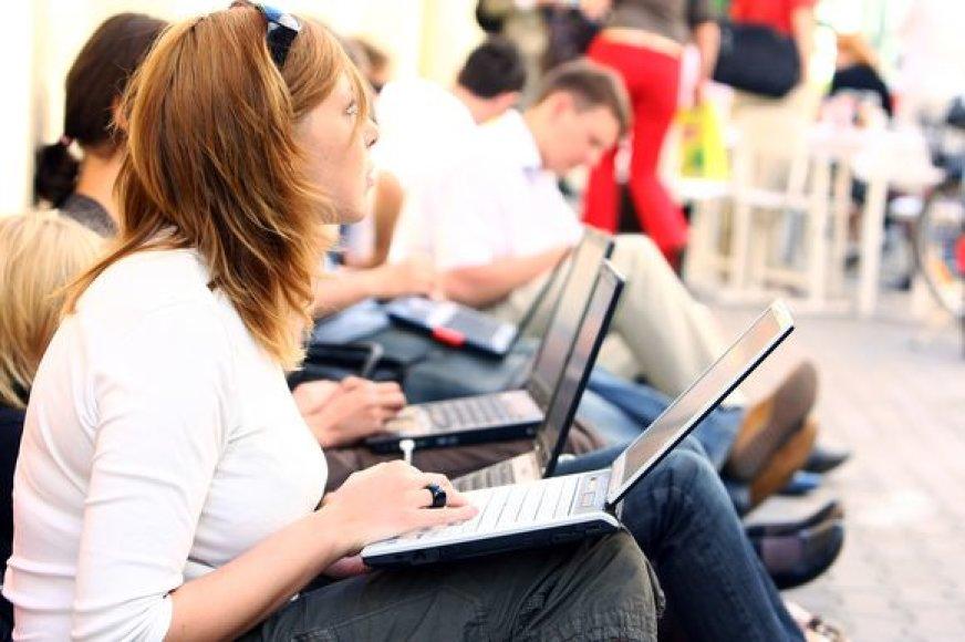 Mergina su kompiuteriu